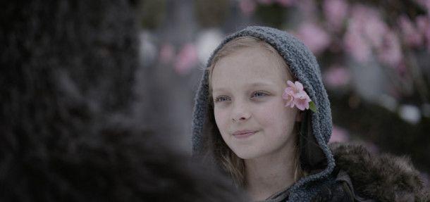 Obwohl sie ein Mensch ist: Caesar rettet ein Mädchen (Amiah Miller) vor dem Tod.