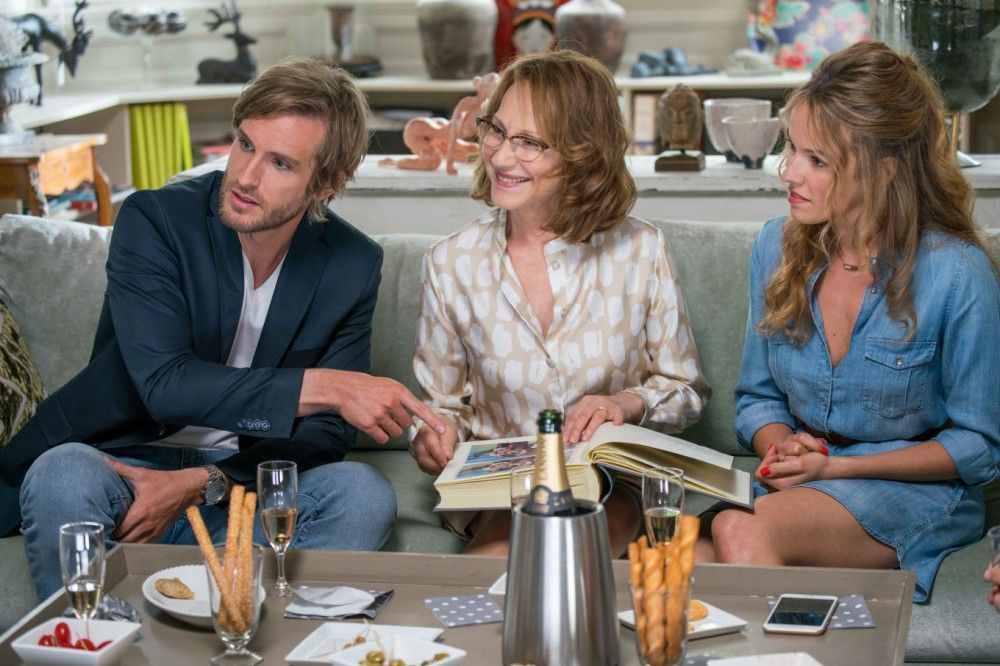 Grégory (Philippe Lacheau) ist der erste Freund, den Flo (Élodie Fontan, rechts) ihrer Mutter (Nathalie Baye) vorstellt.
