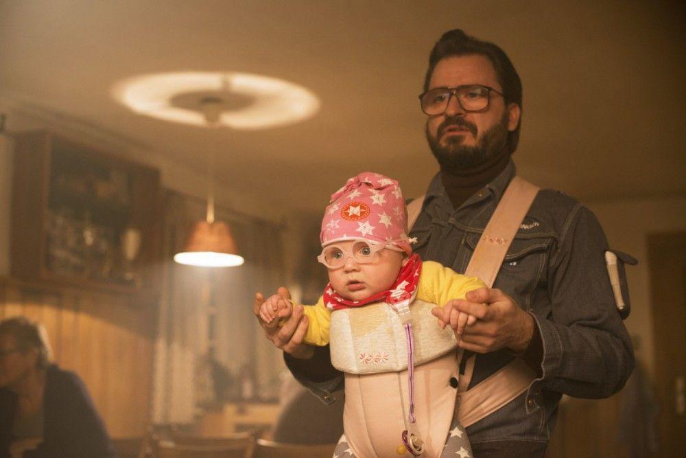 Heizungspfuscher mit Kleinkind im Wirtshaus - das geht selten gut: Flötzinger (Daniel Christensen) ist womöglich der größte Chaot von allen - aber natürlich gerade deshalb eine der beliebtesten Figuren im Mikrokosmos der Eberhofer-Krimis.