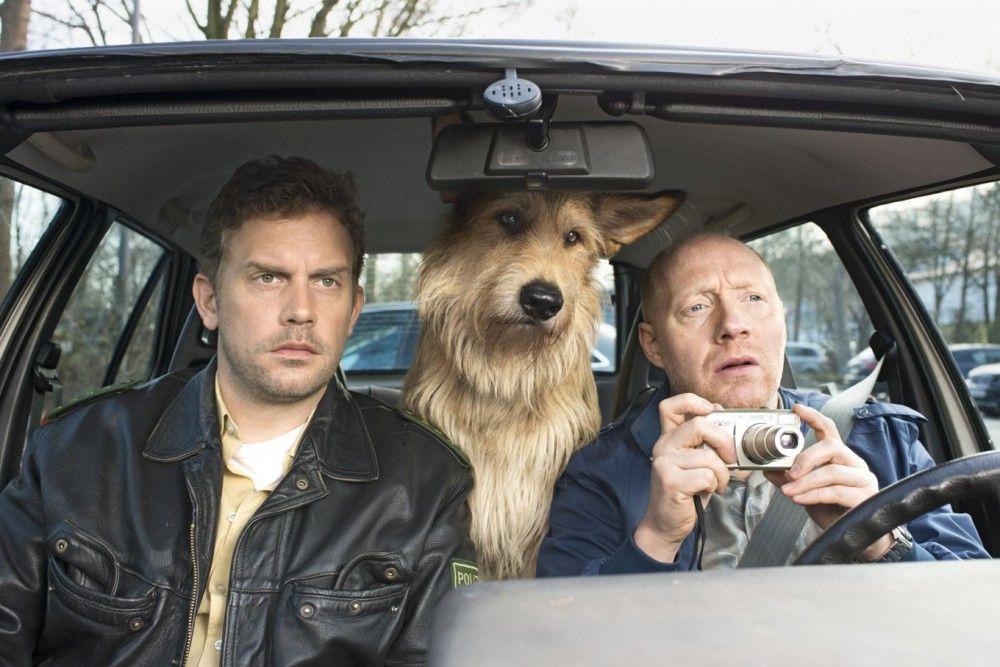 Mit Hund Ludwig auf Spähfahrt: Eberhofer (Sebastian Bezzel, links) und sein Kumpel Rudi (Simon Schwarz).