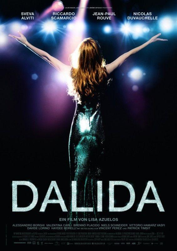 Mit ausgebreiteten Armen umfing die Sängerin Dalida (Sveva Alviti) ihr Publikum.