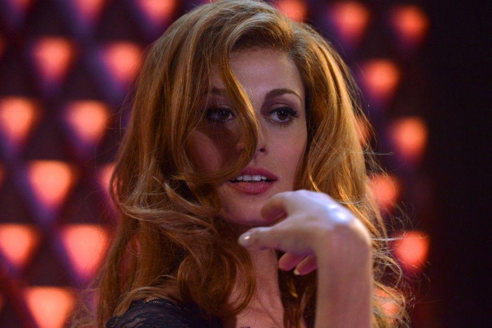 Vor allem auf der Bühne, in den großen Music-Halls wie dem Pariser Olympia fesselte die Sängerin Dalida (Sveva Alviti) ihr Publikum und riss es zu Beifallsstürmen hin.