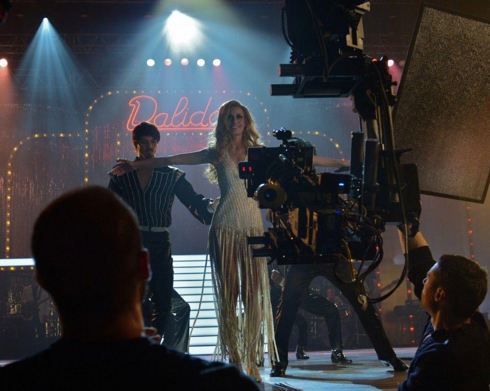 """Sveva Alviti bei den Dreharbeiten zu """"Dalida"""", der Revue eines Bühnenlebens."""