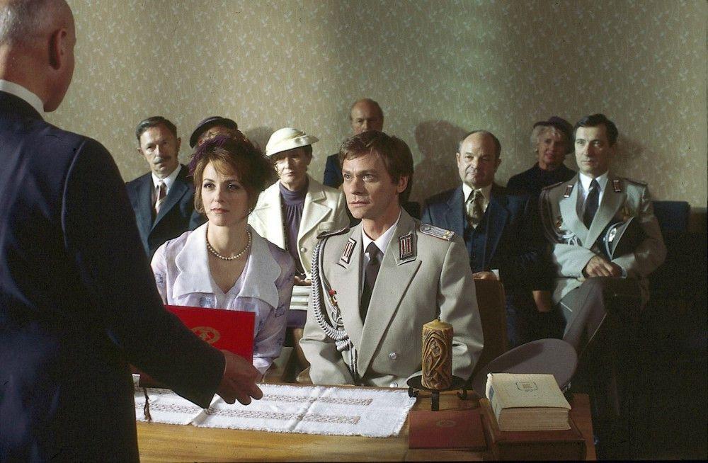 Hochzeit in Ost-Berlin, die West-Sekretärin Lotte (Martina Gedeck) heiratet Ost-Agent Hermann (Sylvester Groth). Aber nicht einmal über seinen Namen kann sie sich sicher sein.