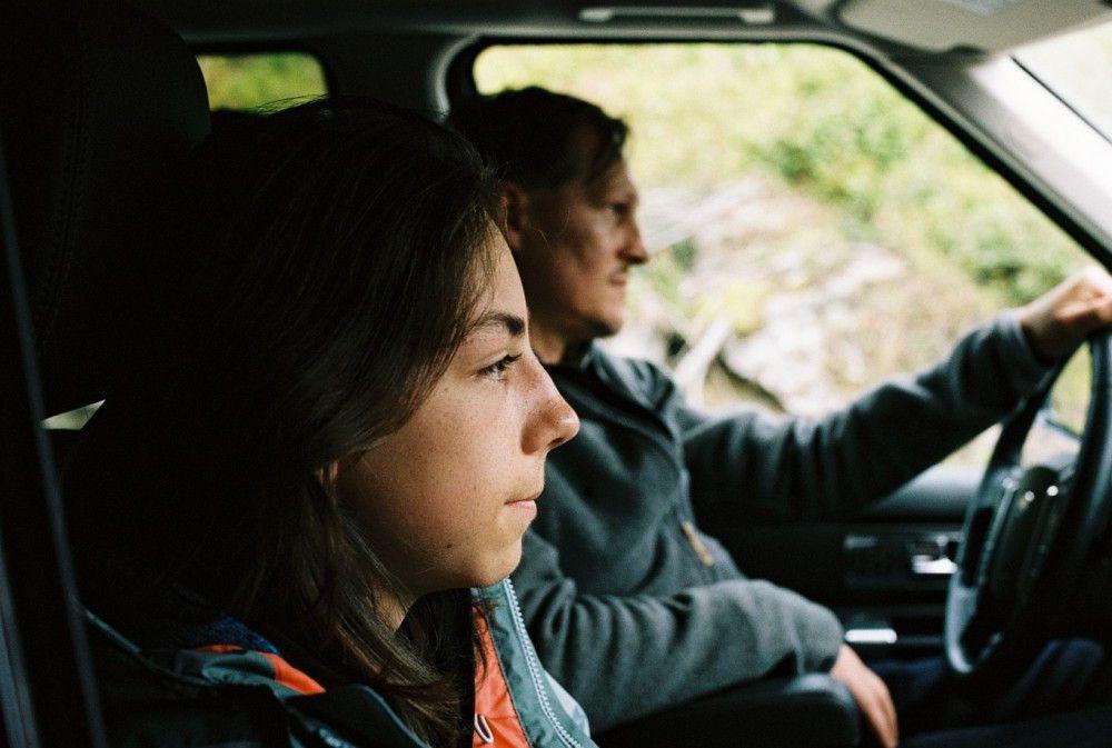 Das Auto zwingt zur Nähe: Michael (Georg Friedrich, hinten) und (Tristan Göbel) haben sich wenig zu sagen.