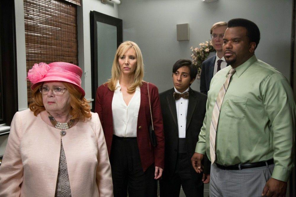 Als Eloise übel wird, folgen Jo (June Squibb, links), Bina (Lisa Kudrow), Renzo (Tony Revolori) und Jerry (Craig Robinson) ihr einfach auf die Damentoilette.