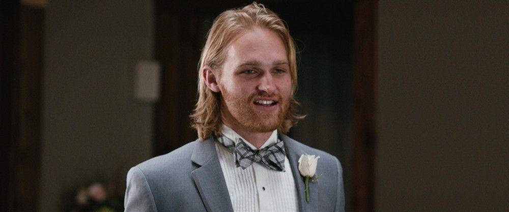 Eloise' Ex-Freund Teddy (Wyatt Russell) ist der Bruder der Braut.