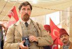 Christian Bale spielt den amerikanischen Fotoreporter Christopher Myers, der mit seiner Partnerin in Konstantinopel weilt.