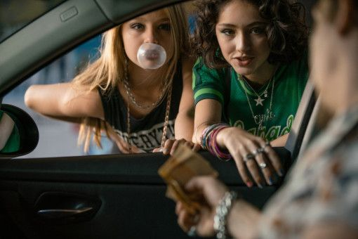 Freche, wagemutige Gören: Nina (Flora Li Thiemann, links) und ihre Freundin Jameelah (Emily Kusche) bieten sich auf dem Straßenstrich an.