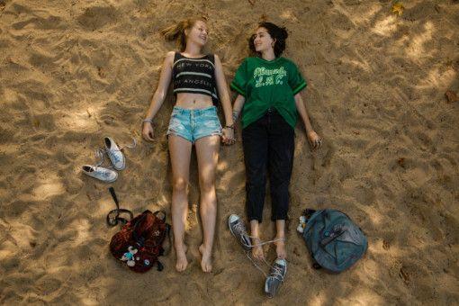 Eigentlich wollten Nina (Flora Li Thiemann, links) und Jameelah (Emily Kusche) einen unbeschwerten langen Sommer erleben.