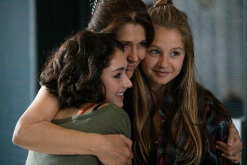 Jameelah (Emily Kusche, links) und ihre Mutter Noura (Narges Rashidi, Mitte) geben Nina (Flora Li Thiemann) so etwas wie ein zweites Zuhause.
