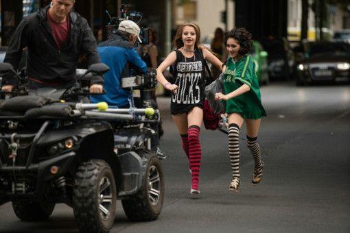Auf in die Freiheit: Nini (Flora Li Thiemann, links) und Jameelah (Emily Kusche) lieben provokante Auftritte.