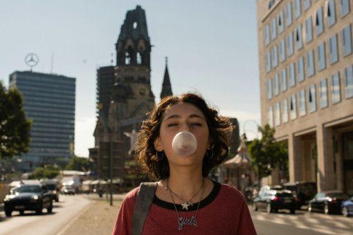Jameelah (Emily Kusche) ist die taffere der beiden Freundinnen. Doch auch auf sie wartet eine Prüfung, an der man eigentlich nur zerbrechen kann.