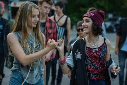 Freundinnen für immer: Nini (Flora Li Thiemann, links) und Jameelah (Emily Kusche) sind fest davon überzeugt, dass nichts sie auseinanderbringen kann.