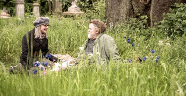 Emily Walters (Diane Keaton) entdeckt beim Picknicken den weichen Kern unter Donalds (Brendan Gleason) rauer Schale.