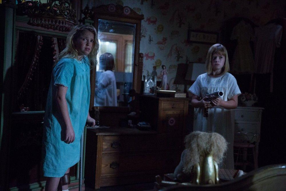 """Janice (Talitha Bateman, links) und Linda (Lulu Wilson) werden offenbar von """"Annabelle"""" heimgesucht."""