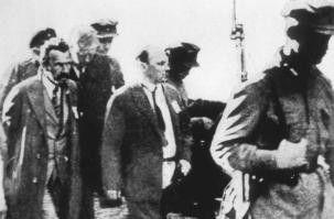 Februar 1938: Verhaftung von Ex-Ministerpräsident  Alexei Rykow (l.) und Parteitheoretiker Nikolai  Bucharin (M.)