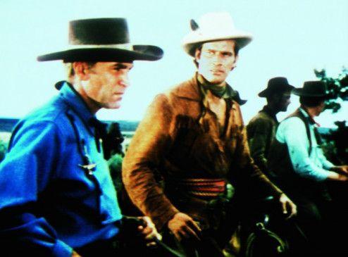 Verbitterte Westener: Forrest Tucker und Charlton Heston (r.)