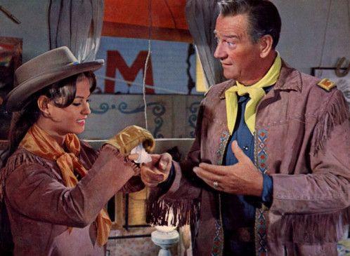 Du musst auftreten! John Wayne mit Claudia Cardinale