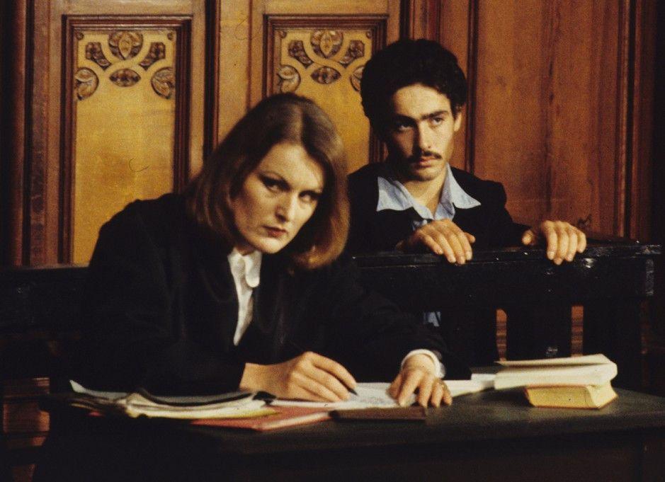 Nicola (Nicola Zarbo, mit Magdalena Montezuma) muss sich vor Gericht verantworten
