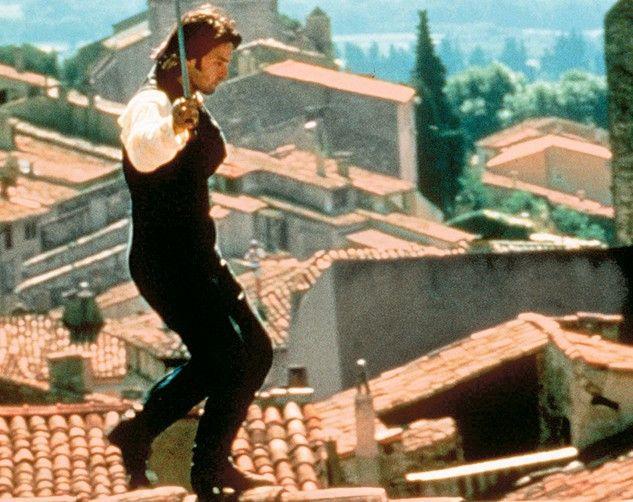 Olivier Martinez balanciert als Husar über die Dächer