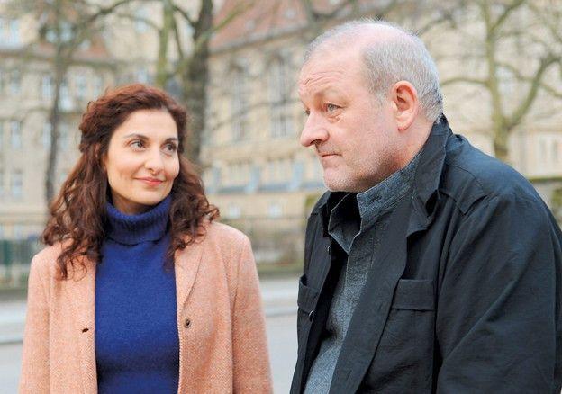 Wenn man freundlich ist, klappt's auch <br> mit der Nachbarin! Leonard Lansink mit Proschat Madani