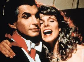 "Graf Dracula (George Hamilton) ist ""unsterblich"" in das Fotomodel Cindy (Susan Saint James) verliebt"