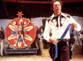 Clint Eastwood sieht so drein, als wolle er zur  Abwechslung mal nicht danebenwerfen