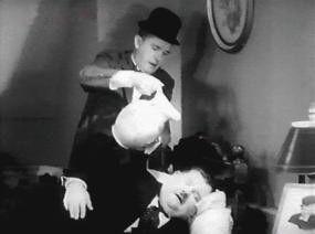 So, jetzt kommt ein Muntermacher! Stan Laurel weckt Oliver Hardy