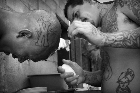 """Körper- und Tattookult bei den """"Mara 18"""" in San Salvador"""