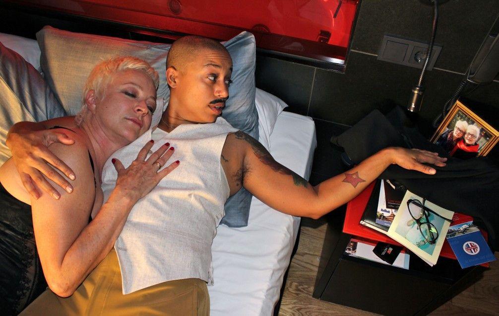 Warum liegt Claudia (Papí Coxxx) auf einmal mit Dylans Mutter (Maggie Tapert, l.) im Bett?