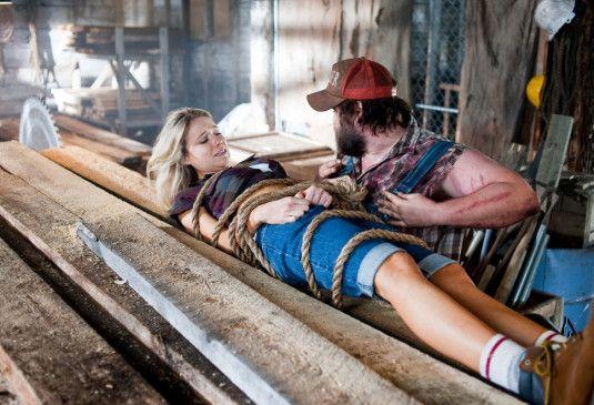 Immer mit der Ruhe! Tyler Labine will Katrina Bowden retten