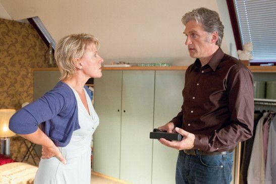 Iris (Mariele Millowitsch) heckt etwas gegen ihren Mann Jörg (Walter Sittler) aus