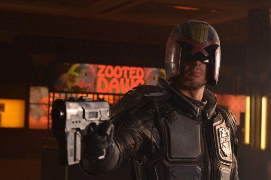 Immer schön die Mundwinkel nach unten: Karl Urban als Judge Dredd