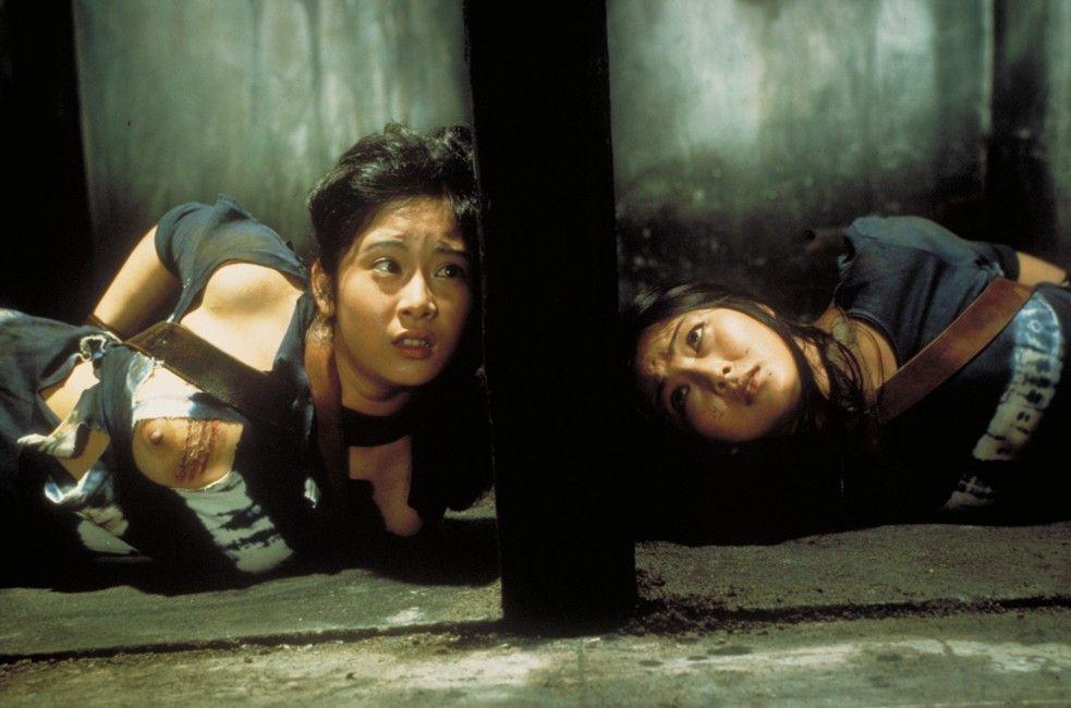 Matsu (Meiko Kaji, r.) und Yukiko (Yayoi Watanabe) sind nach einem Fluchtversuch gefesselt