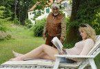 Die junge Judith (Alwara Höfels) lässt es sich bei Richard (Mario Adorf) gut gehen
