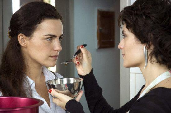 Helena (Arieta Correia) muntert Julia (Ana Paula Arósio) auf