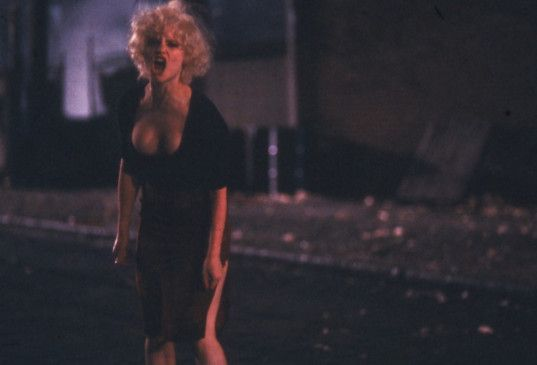 Tralala (Jennifer Jason Leigh) sucht mal wieder  nach Freiern
