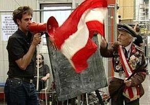 Auch heute muss wieder einer raus!<br> Christoph Schlingensief (l.) provoziert<br> und polarisiert