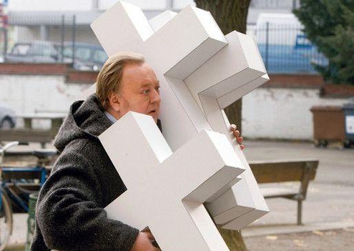 Bloch (Dieter Pfaff) hat nicht nur ein Kreuz zu tragen ...