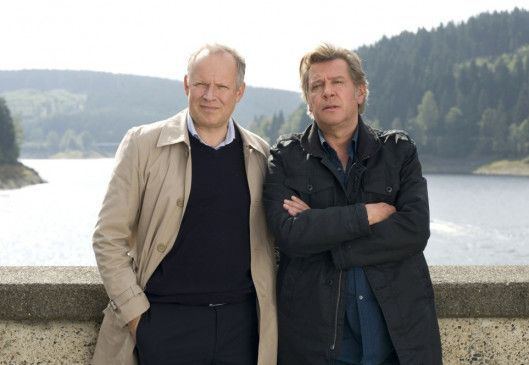 Piet (Jan Fedder, r.) muss seinen Halbbruder Hannes (Axel Milberg) mal wieder aus der Patsche helfen