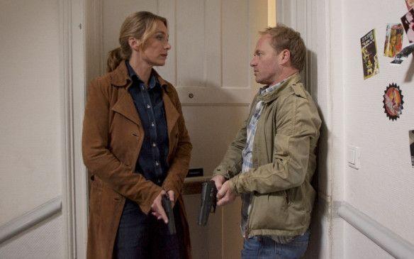 Jenny (Aglaia Szyszkowitz) und Brehm (Rainer Strecker) vor der Wohnungstür des Mordopfers