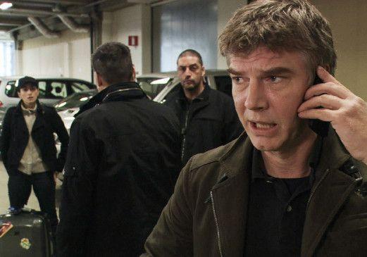 Johan Falk (Jakob Eklund, r.) spürt, dass die GSI-Kollegen etwas vor ihm verbergen