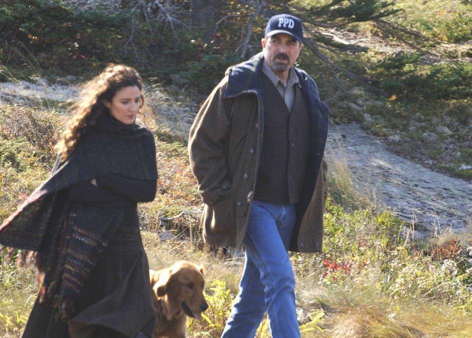 Stone (Tom Selleck) und Schulleiterin Summers (Orla Brady) sind über Billies Tod betroffen