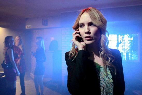 Elin (Moa Gammel) ermittelt in einer Disko, aus der immer wieder auf rätselhafte Weise junge Leute entführt werden