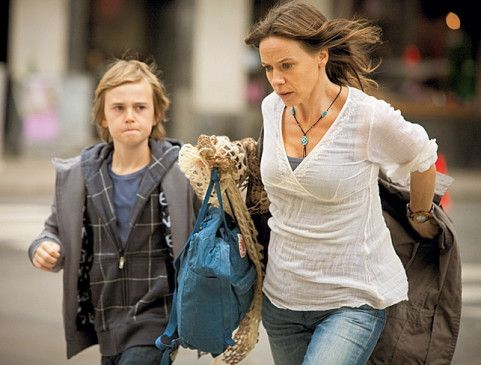 Sie müssen flüchten: Kim (Kirsti Torhaug) und ihr Sohn Tom (Christoffer Heden)