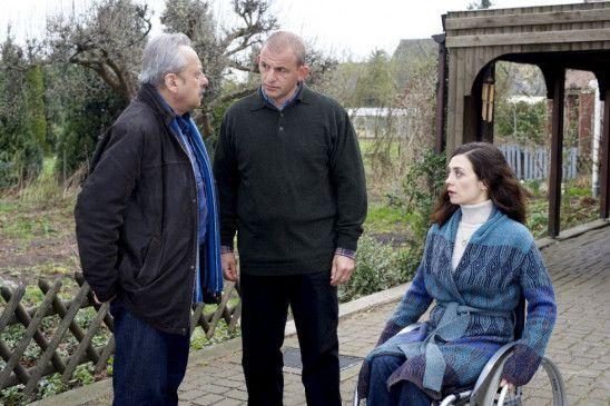 Stubbe (Wolfgang Stumph) befragt die Familie Tembrock (Julia Richter, Dominique Horwitz)