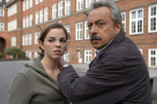 Stubbe (Wolfgang Stumph) muss die Schülerin Lucia (Sophie Charlotte) beschützen