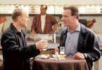 Das Bier schmeckt hier besser als bei uns! Bernd Michael Lade (l.) und Klaus J. Behrendt