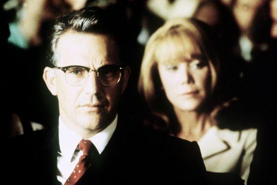 Kevin Costner ermittelt in Sachen Kennedy - im  Hintergrund Sissy Spacek